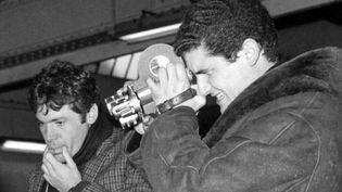"""Pierre Barouh et Claude Lelouch lors du tournage d'""""Un homme et une femme"""" en 1965.  (UPI / AFP)"""