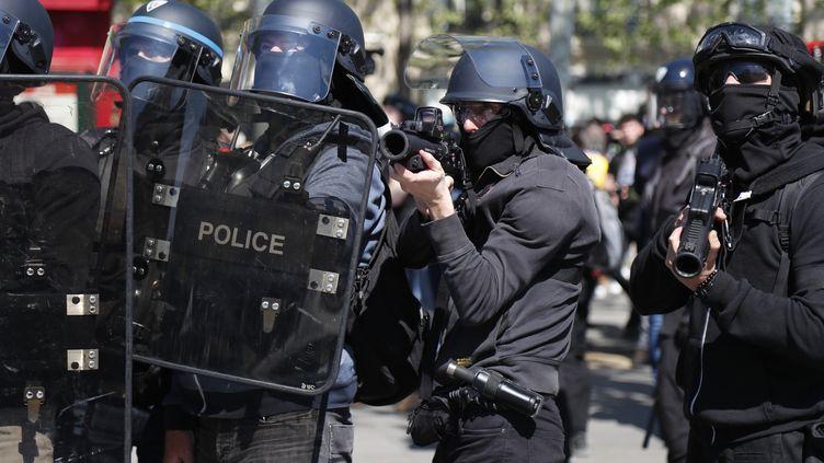 """Des policiers munis de LBD lors d'affrontements en marge d'une manifestation de """"gilets jaunes"""" place de la République à Paris, avril 2019. (ZAKARIA ABDELKAFI / AFP)"""