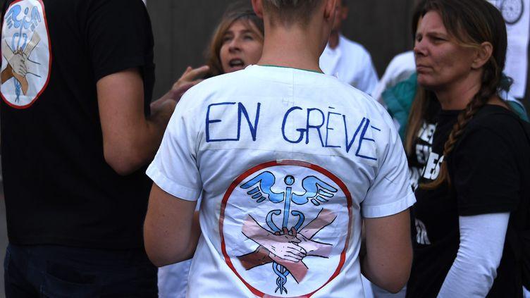 """Un membre du personnel hospitalier de """"Lyon en grève"""", le 9 septembre 2019. (MAXPPP)"""