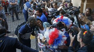 (Bacary Sagna, hier matin, sous l'oeil des caméras et avec l'admiration des supporters © REUTERS / Charles Platiau)