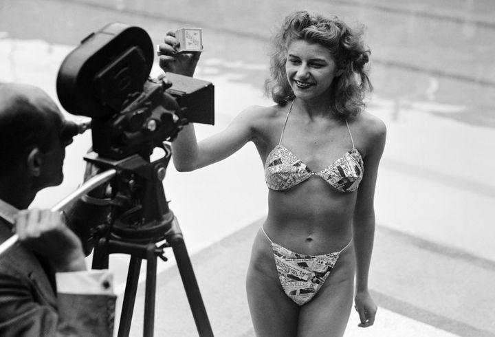Micheline Bernardini présentant le bikini Reard à Molitor en 1946  (AFP)