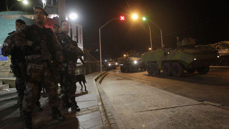 """Des militaires participent à l'opération """"Choc de Paix"""" à Rio de Janeiro, le 13 novembre 2011. (RICARDO MORAES /REUTERS)"""