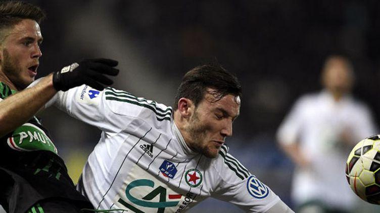 Duel entre le Stéphanois Riki et le joueur du Red Star Pierrick Cros (FRANCK FIFE / AFP)