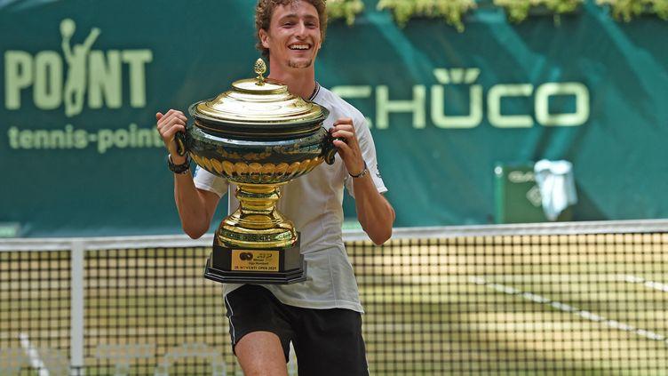 Ugo Humbert, 22 ans, remporte son premier ATP 500 à Halle, le 20 juin 2021. (CARMEN JASPERSEN / AFP)
