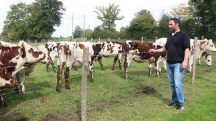 Alain Davy, éleveur de vaches laitières bio et cultivateur de céréales à Pointel (Orne), le 27 septembre 2017. (VALENTINE PASQUESOONE / FRANCEINFO)