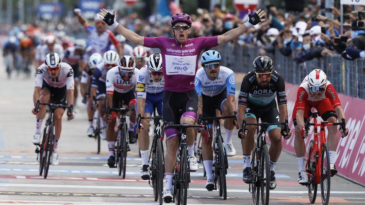 Arnaud Démare (Groupama-FDJ) a encore gagné un sprint lors de la 11e étape du Giro (LUCA BETTINI / AFP)