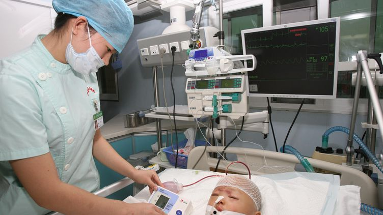 La petite Yue Yue, ici le 16 octobre à l'hôpital de Canton (Chine), était déjà dans le coma lorsqu'elle a été admise aux urgences après son accident. (WANG XIAORU/AFP)