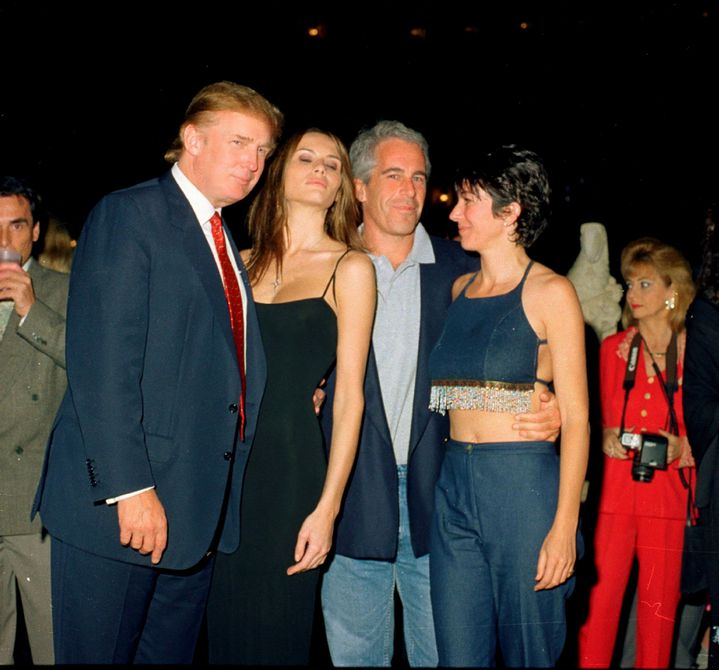 Donald Trump et sa future épouse Melania (à gauche) posent au côté du milliardaire Jeffrey Epstein, le 12 février 2000 au club Mar-a-Lago à Palm Beach (Floride), propriété du président américain. (DAVIDOFF STUDIOS PHOTOGRAPHY / ARCHIVE PHOTOS / GETTY IMAGES)