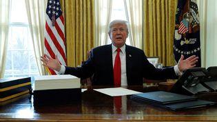 Le président Donald Trump dans le bureau ovale à la Maison Blanche, le 22 décembre 2017, à Washington aux Etats-Unis. (JONATHAN ERNST / REUTERS)