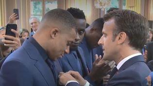 Emmanuel Macron a remis la légion d'honneur à Kylian Mbappé, le 4 juin 2019, à l'Elysée à Paris. (FRANCEINFO)