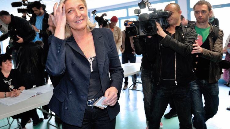 La présidente du Front national, Marine Le Pen, vote pour le second tour des élections législatives à Hénin-Beaumont (Pas-de-Calais), le 17 juin 2012. (PHILIPPE HUGUEN / AFP)