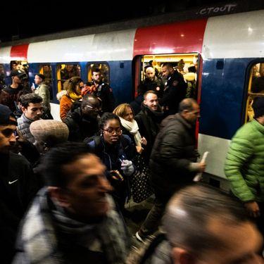 Des passagers tentent de prendre le RER à la gare du Nord, à Paris, le 9 décembre 2019. (JEROME GILLES / AFP)