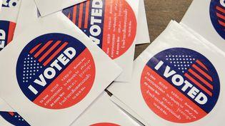 """Le badge """"j'ai voté"""" estdistribué aux électeurs à Los Angeles (Etats-Unis) le 5 novembre 2018. (J. BROWN / AFP)"""
