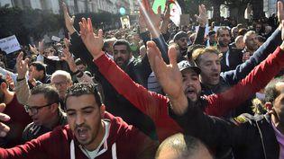 Des manifestants algériens à Algers, le 17 janvier 2020. (RYAD KRAMDI / AFP)