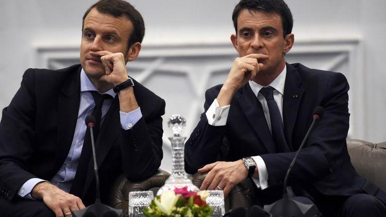 Emmanuel Macron (à gauche) et Manuel Valls à Alger (Algérie), le 10 avril 2016. (FAROUK BATICHE / AFP)