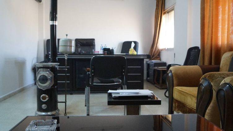 La petite salle d'audience de la cour antiterroriste de Qamichli, en janvier 2018. (ÉRIC AUDRA / FRANCEINFO)