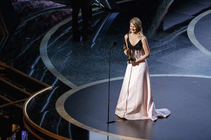 Laura Dernenrobe Armani avec un corsage noir à franges incrusté de pierres et une jupe rose poudre fluide.92e cérémonie des Oscars, dans la nuit du dimanche 9 au lundi 10 février à Los Angeles. (ARTURO HOLMES / WALT DISNEY TELEVISION)