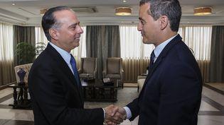 Le ministrefrançais des Comptes publics Gérald Darmanin et le ministre panaméen des Affaires étrangères Alejandro Ferrer, le 19 août 2019 à Panama. (HO / PANAMA'S FOREIGN MINISTRY / AFP)