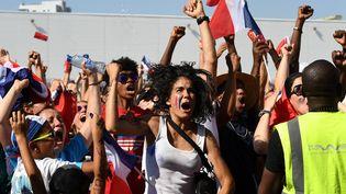 La France prend le large et, dans la fan zone marseillaise, les verres valsent et les poings s'élèvent vers le ciel. (BORIS HORVAT / AFP)