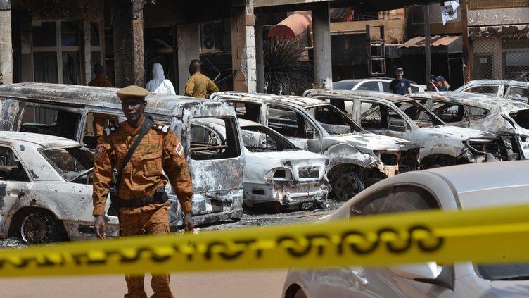 Des voitures brûlées après une attaque terroriste devant l'ôtel Splendid à Ouagadougou (Burkina Faso), le 18 janvier 2016. (ISSOUF SANOGO / AFP)