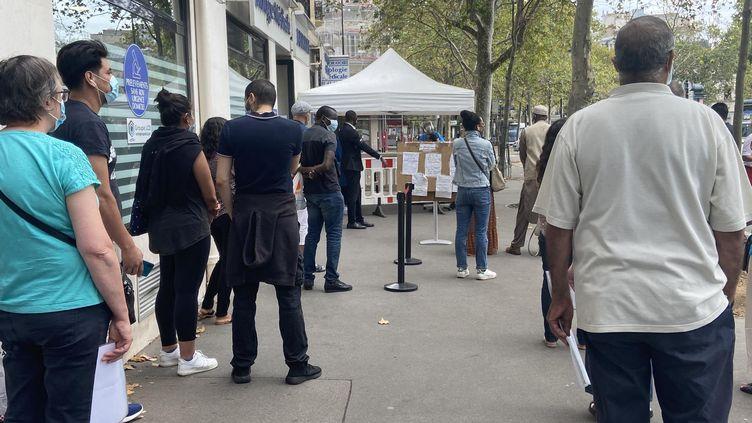 Deux longues files d'attente pour se fairedépister du coronavirus devant un laboratoire du XIIe arrondissement de Paris, le 14 août 2020. D'un côté, les asymptomatiques, de l'autre, ceux quipensent avoirété en contact avec le Covid-19. (PERRINE ROGUET / FRANCEINFO)