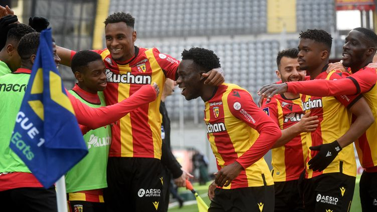 La joie des Lensois après le but d'Arnaud Kalimuendo. (FRANCOIS LO PRESTI / AFP)