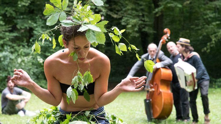 """Les """"ballades extraordinaire"""" du festival Rhizomes se tiennent le 1er et 2 août à Paris le long de la petite ceinture. (FESTIVAL RHIZOMES)"""