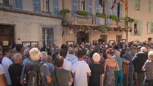 Jeudi 8 août, des centaines d'habitants de la région se sont rendus à Signes (Var) pour honorer la mémoire de Jean-Mathieu Michel, maire de la commune décédé. (FRANCE 2)