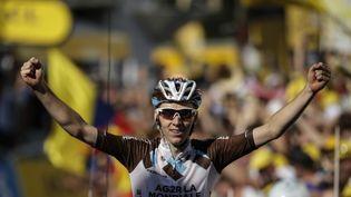 Le coureur français Romain Bardet franchit la ligne d'arrivée de la 18e étape du Tour de France 2015, à Saint-Jean-de-Maurienne, le 23 juillet 2015. (KENZO TRIBOUILLARD / AFP)