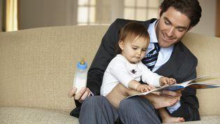 Le partage des tâches familiales, favorisé par de longs congés paternité comme en Suède, est un des moteurs de l'égalité homme-femme. (CHRISTOPHER ROBBINS / GETTY IMAGES)