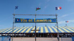"""Une tente abritant une cérémonie religieuse à Nevoy (Loiret), durant le rassemblement évangélique """"Vie et Lumière""""[Mission évangélique des Tziganes de France] le 23 août 2019.  (GUILLAUME SOUVANT / AFP)"""