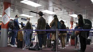 Des passagers font la queue dans la zone de contrôle des passeports de l'aéroport Roissy-Charles-de-Gaulle, le 25 avril 2021. (IAN LANGSDON /POOL / EPA POOL)