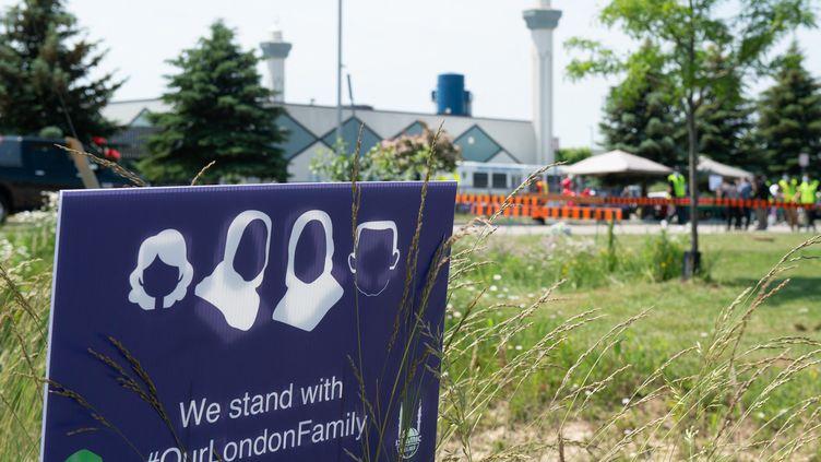 Un signe en soutien aux 4membres d'une famille musulmane tuésà London, Ontario (Canada), lors d'un rassemblement le 12 juin 2021. (JOHN DENSKY / ANADOLU AGENCY / AFP)