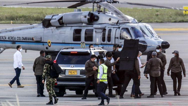 Le président colombien, Ivan Duque, entouré de gardes du corps près de l'hélicoptère présidentiel sur le tarmac de l'aéroport international Camilo Daza, en Colombie, le 25 juin 2021. (SCHNEYDER MENDOZA / AFP)