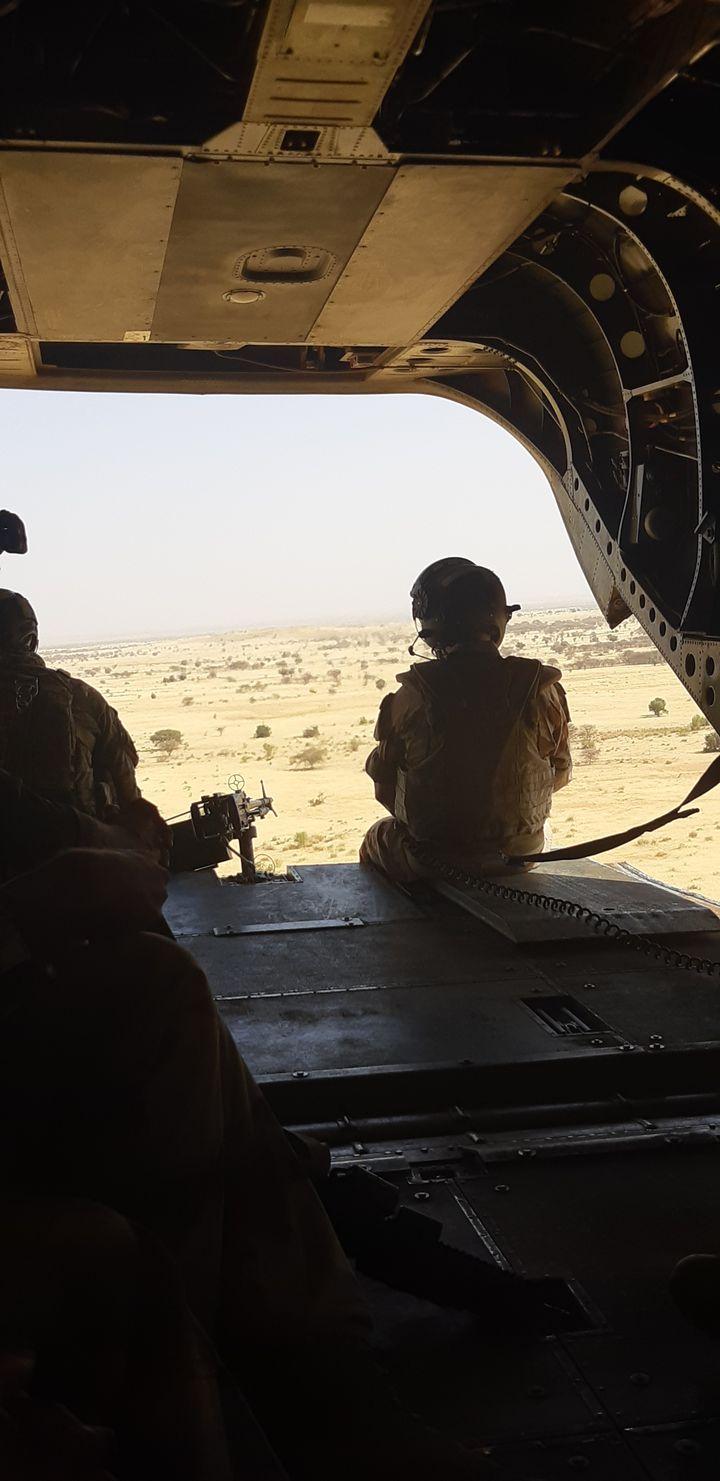 Survolant la région de Ménaka, au Mali, à bord d'un hélicoptère Chinook, le général François Lecointre lors d'un déplacement dans la Bande Sahélo-Saharienne, le vendredi 13 décembre 2019 (FRANCK COGNARD / FRANCEINFO / RADIO FRANCE)