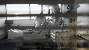 Un patient atteint du Covid-19 dans un service de réanimation à l'hôpital de Strasbourg (Bas-Rhin), le 22 octobre 2020. (FREDERICK FLORIN / AFP)
