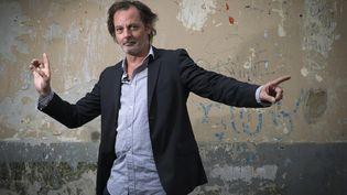 """Christophe Alévêque fait sa """"Revue de presse"""" (JOEL SAGET / AFP)"""
