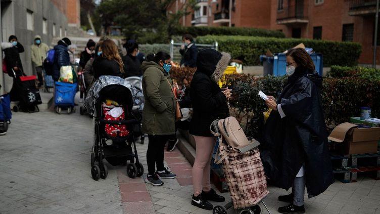 A Madrid (Espagne), des personnes se rendent à des dons de denrées alimentaires, le 4 novembre 2020. (BURAK AKBULUT / ANADOLU AGENCY / AFP)
