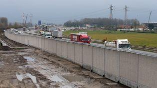 Le mur anti-intrusions en cours de construction à Calais (Pas-de-Calais), le 15 novembre 2016. (MAXPPP)