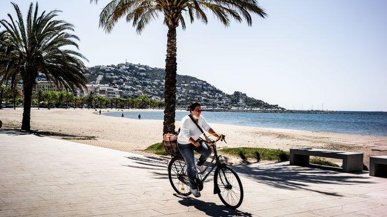 La station balnéaire de Roses, sur la Costa Brava, se déconfine. Le 15 avril 2020, quelques bars et restaurantsont déjàrouvert, les autres se préparent à le faire. (NICOLAS PARENT / MAXPPP)