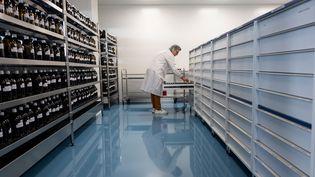 Un technicien prépare des solutions utilisées dans la fabrication de granulés homéopathique, dans les locaux du laboratoire Boiron, à Messimy, près de Lyon, le 5 février 2019. (ROMAIN LAFABREGUE / AFP)