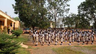 Des élèves dans la cour de leur école, le premier jour de la réouverture des écoles à Accra, au Ghana, le 18 janvier 2021. (NIPAH DENNIS / AFP)