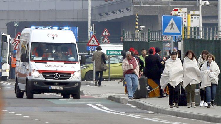 Des personnes sont évacuées del'aéroport de Bruxelles-National, à Zaventem, le 22 mars 2016. (FRANCOIS LENOIR / REUTERS)