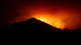 La silhouette d'une colline devant un incendiedans la région deKenwood, en Californie, le 10 octobre 2017. (STEPHEN LAM / REUTERS)