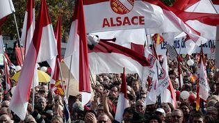 DEs manifestants, contre la fusion de l'Alsace avec la Lorraine et la Champagne-Ardenne, le 11 octobre à Strasbourg. (FREDERICK FLORIN / AFP)