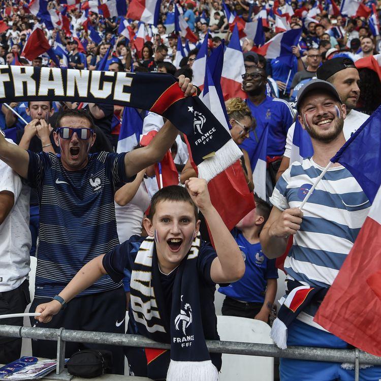 Des supporters de l'équipe de France assistent au match amical contreles Etats-Unis, à Lyon (Rhône) le 9 juin2018. (PHILIPPE DESMAZES / AFP)