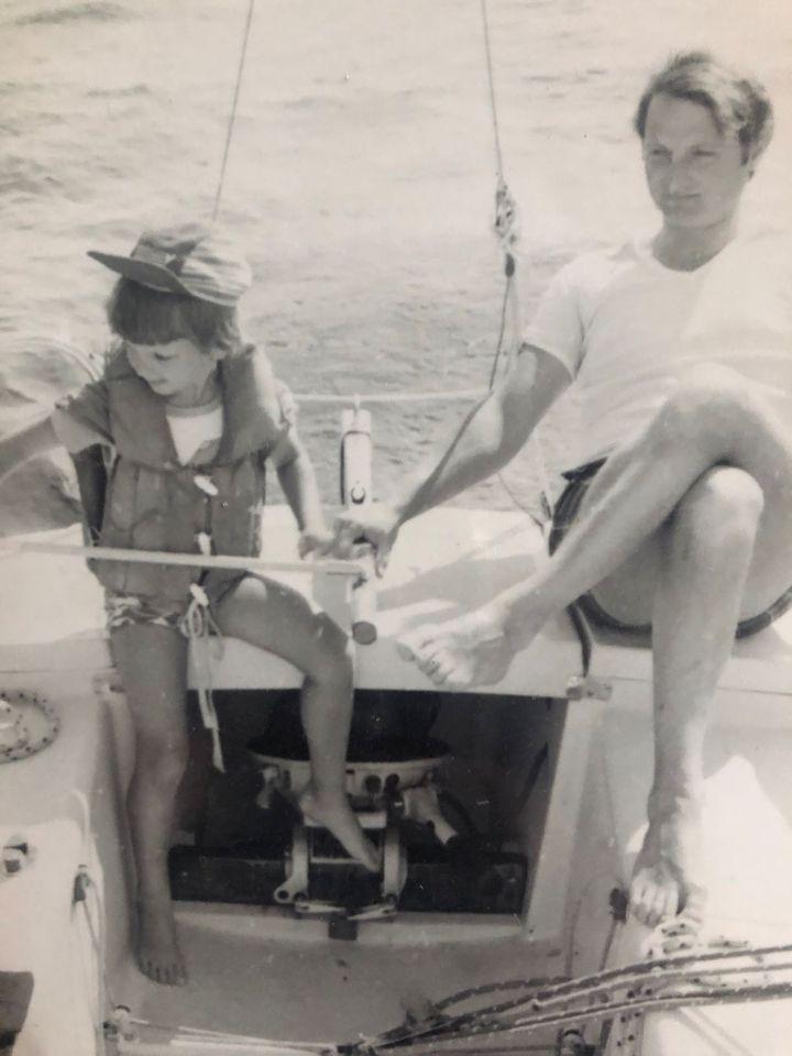 Arnaud Boissières à la barre du bateau de son père