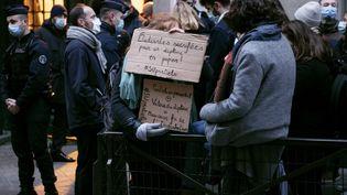 Des étudiants bloquent le campus de la Sorbonne, protestant contre la tenue des partiels en présentiel en pleine crise sanitaire du coronavirus, à Paris, le 4 janvier 2021. (NOEMIE COISSAC / HANS LUCAS)