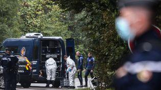 Les gendarmes sur les lieux où a été découvert le corps de Victorine, jeune fille de 18 ans portée disparue à Villefontaine (Isère), le 28 septembre 2020. (ANTOINE MERLET / AFP)