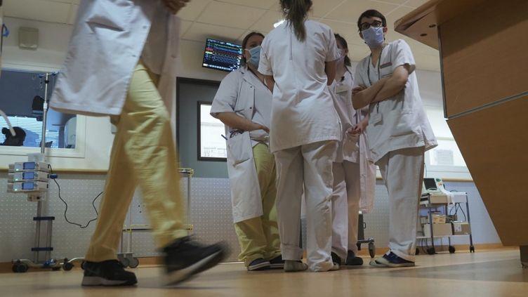 Des soignants au service réanimation de l'hôpital de Tours (Indre-et-Loire), le 31 mars 2020. (GUILLAUME SOUVANT / AFP)
